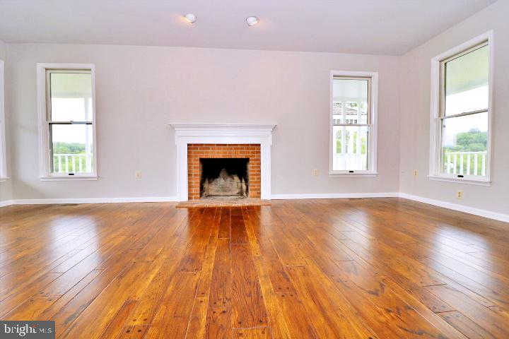 Main level living room with wood burning fireplace - 19745 SHELBURNE GLEBE RD, PURCELLVILLE