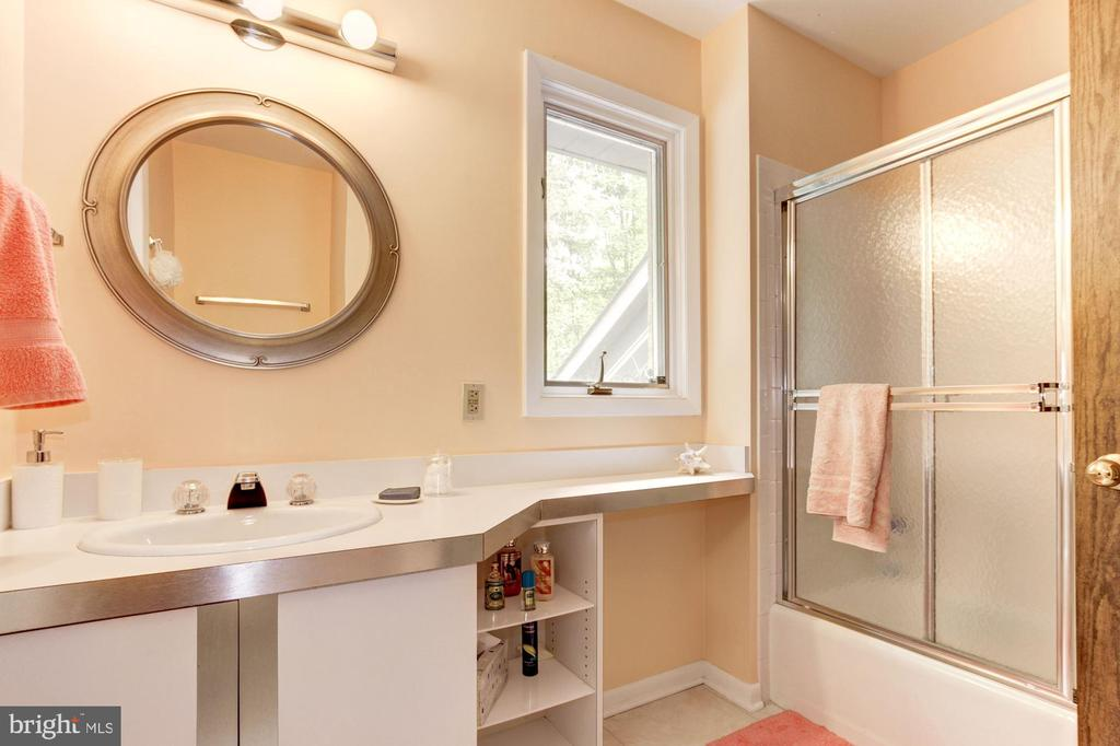 Upper Level - 2nd Full Bath - 17007 BARN RIDGE DR, SILVER SPRING