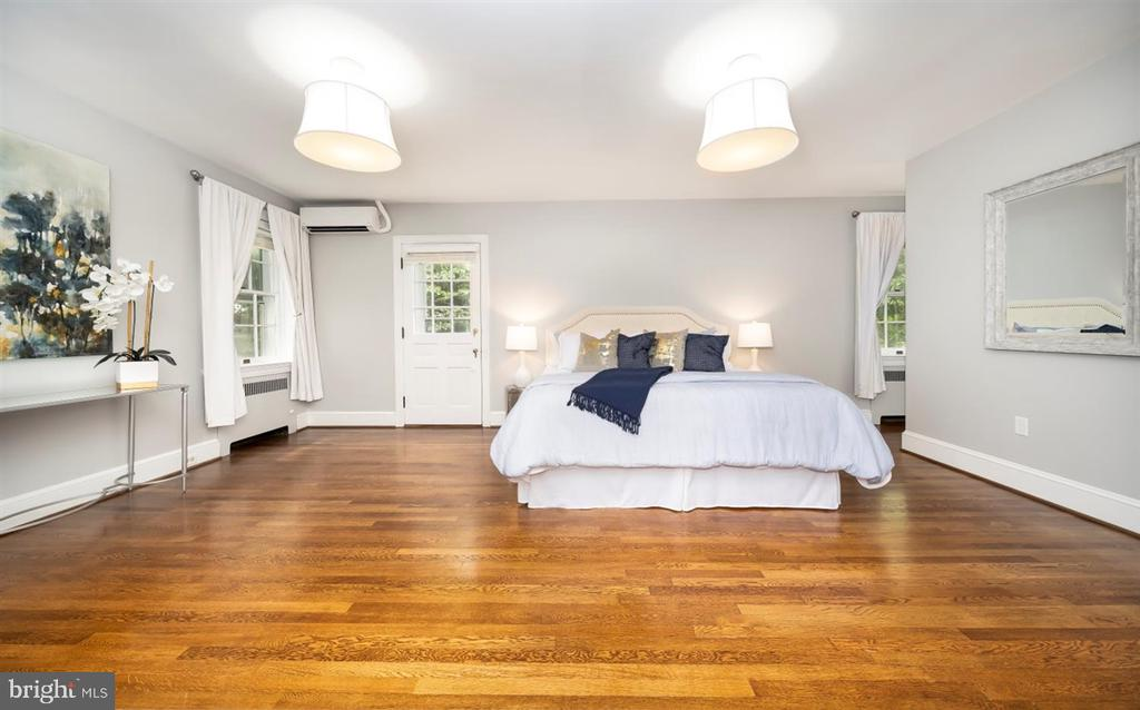Large Master Suite with upper sun deck - 304 UPPER COLLEGE TER, FREDERICK