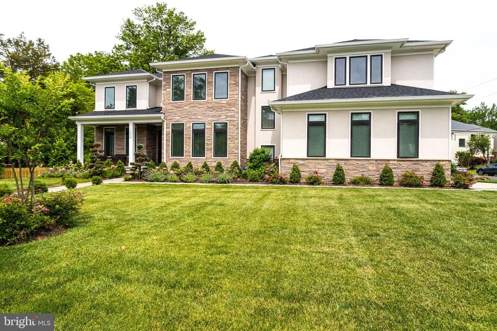 Beautifully Landscaped! - 1018 MAPLE AVE E, VIENNA