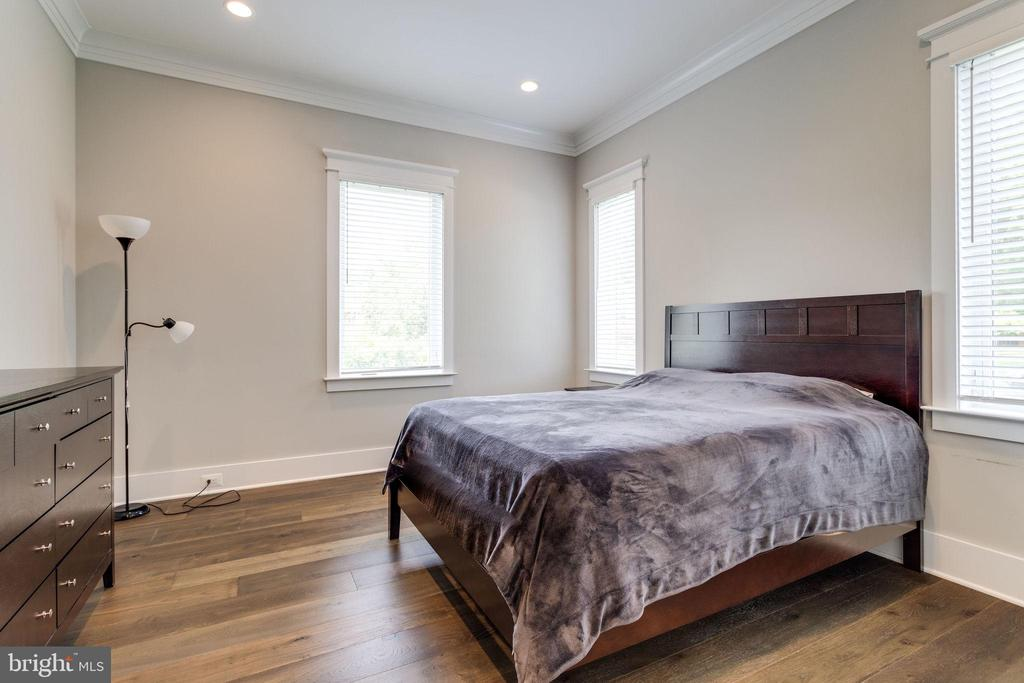 Main Level Master Bedroom - 1018 MAPLE AVE E, VIENNA