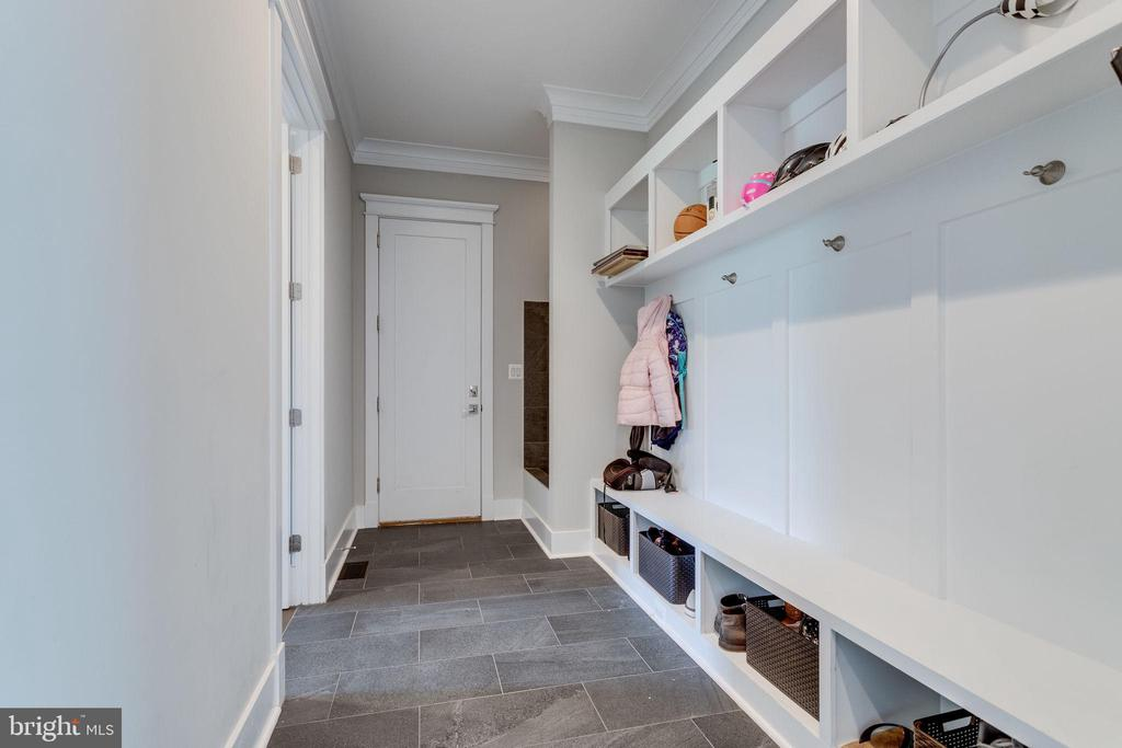 Large Mud Room - 1018 MAPLE AVE E, VIENNA