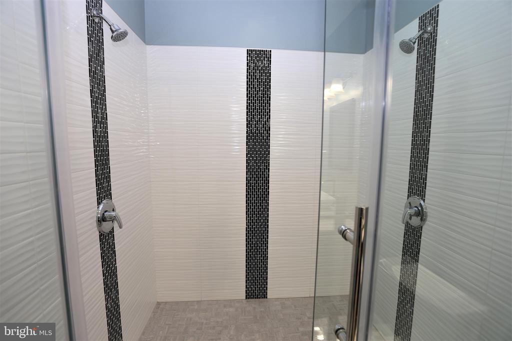 Master Dual Shower - 28500 RIDGE RD, MOUNT AIRY