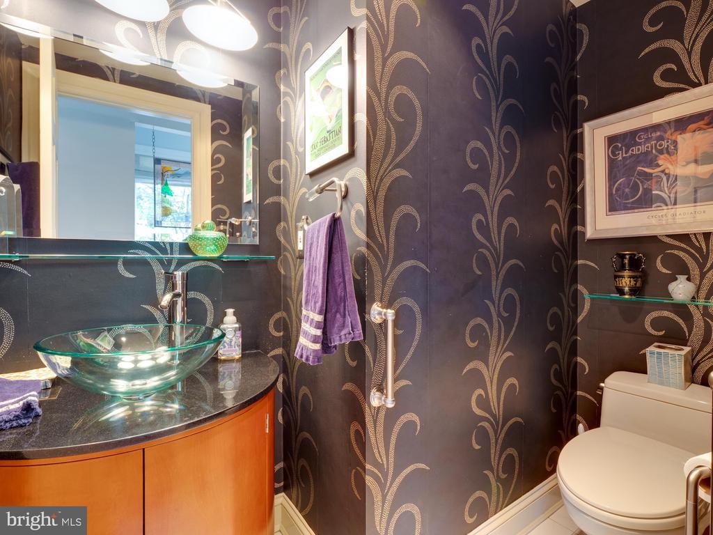 Main level powder room - 112 5TH ST SE, WASHINGTON