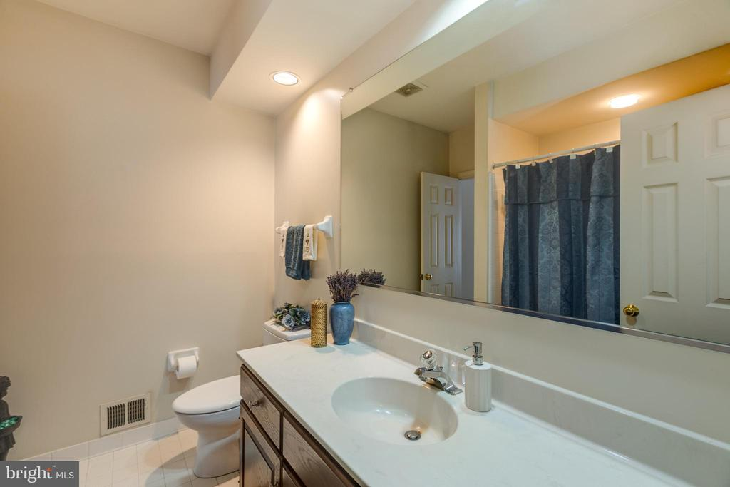 Main level full bath with tub & shower - 3208 N TACOMA ST, ARLINGTON