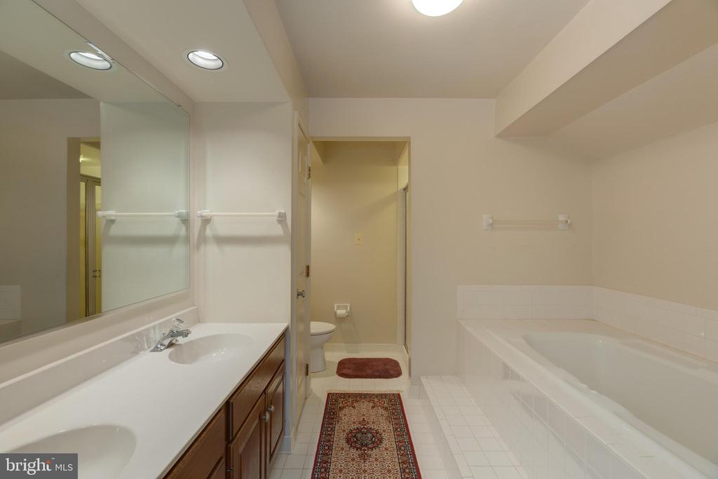 Master bathroom w/ seperate shower/soaking tub - 3208 N TACOMA ST, ARLINGTON