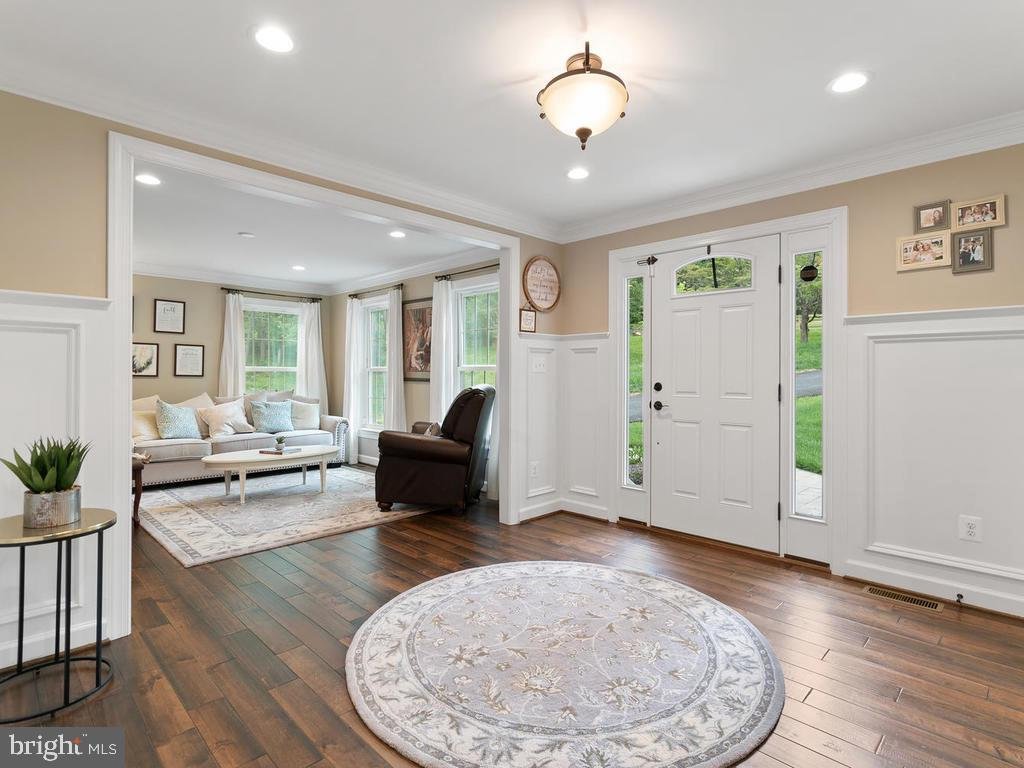 Spacious Entry with upgraded moudling - 39177 ALDIE RD, ALDIE