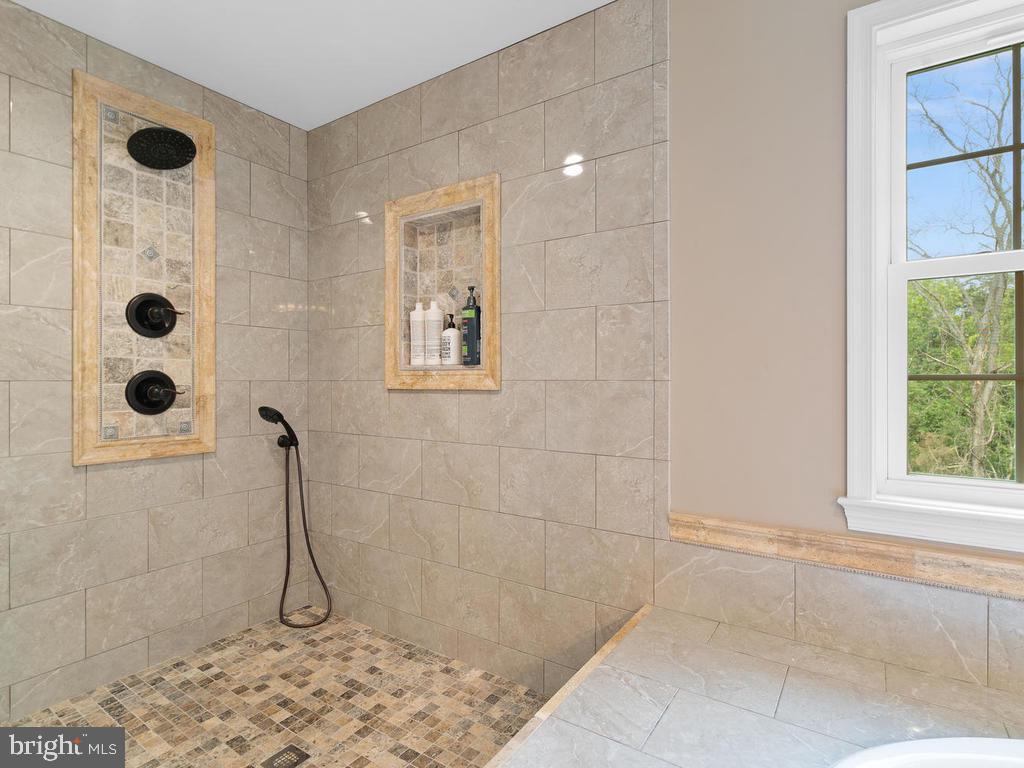 Expanded walk in Shower - 39177 ALDIE RD, ALDIE