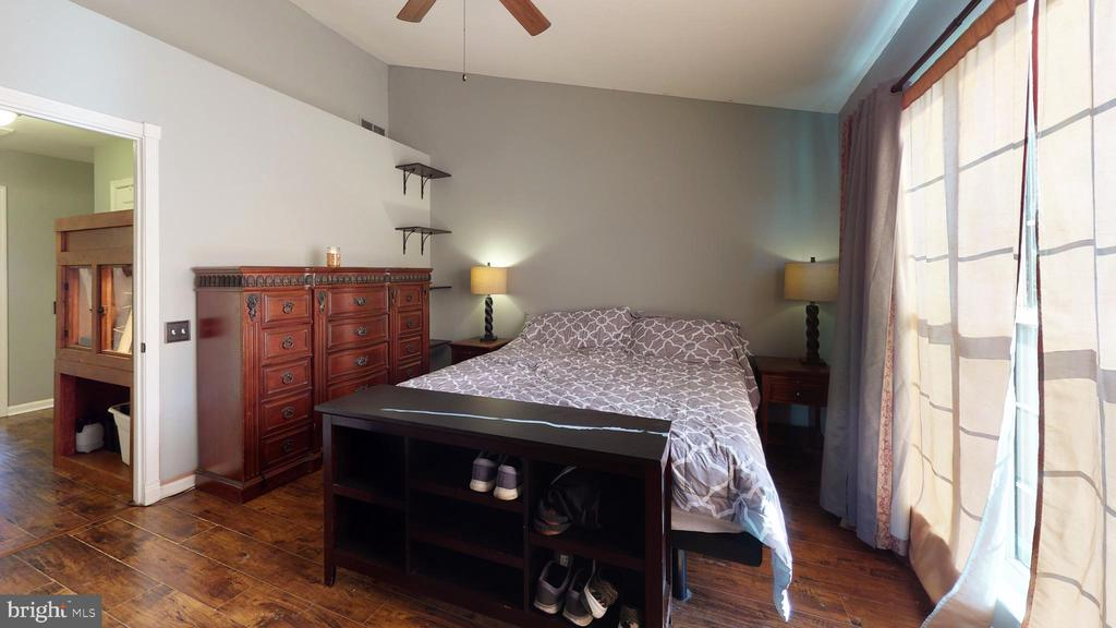 Spacious master suite with vaulted ceiling - 302 HEDGESTONE TER NE, LEESBURG