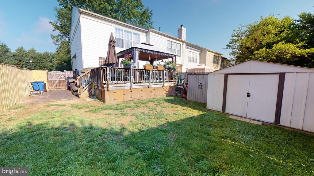 Large yard with shed - 302 HEDGESTONE TER NE, LEESBURG