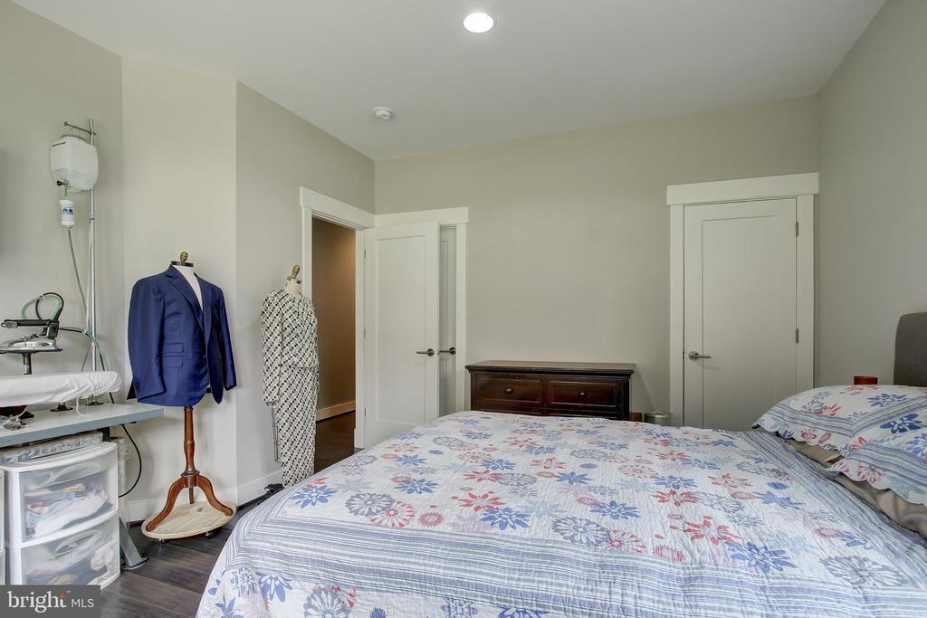 Entry Level Bedroom has direct access to bath - 22983 WORDEN TER, BRAMBLETON