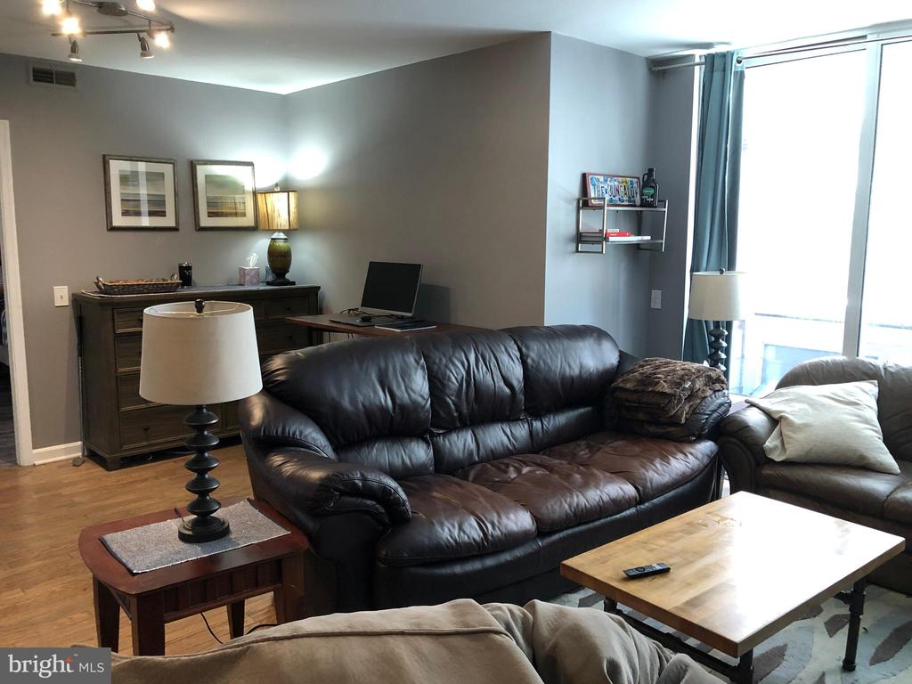 BRIGHT LIVING ROOM - 880 N POLLARD ST #325, ARLINGTON