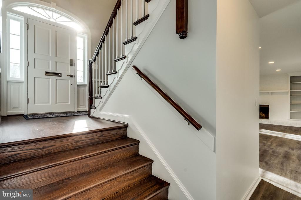 Short set of steps to the lower level - 518 CANTERBURY LN, ALEXANDRIA