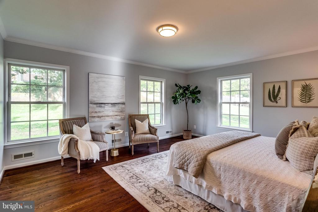 Spacious master suite looking out to backyard - 518 CANTERBURY LN, ALEXANDRIA