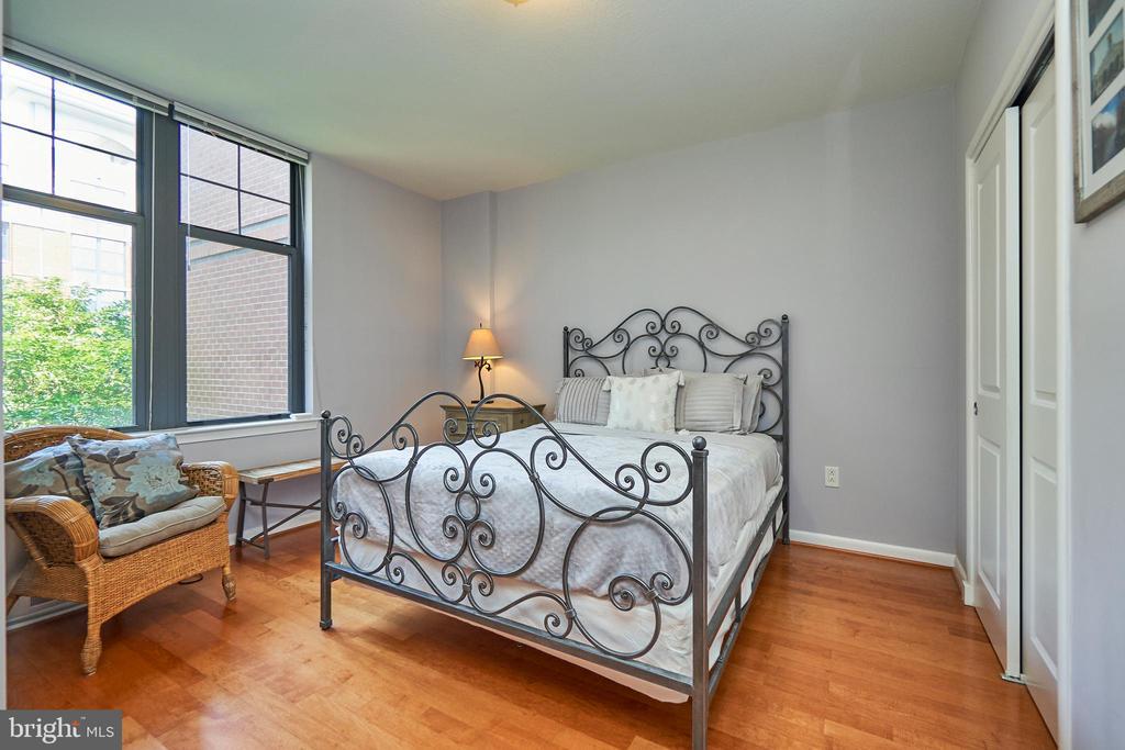 Large studio bedroom - 1021 N GARFIELD ST #323, ARLINGTON