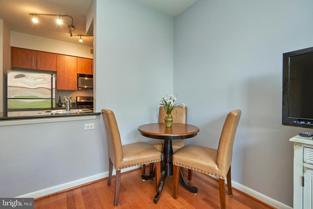Space for dining room table - 1021 N GARFIELD ST #323, ARLINGTON