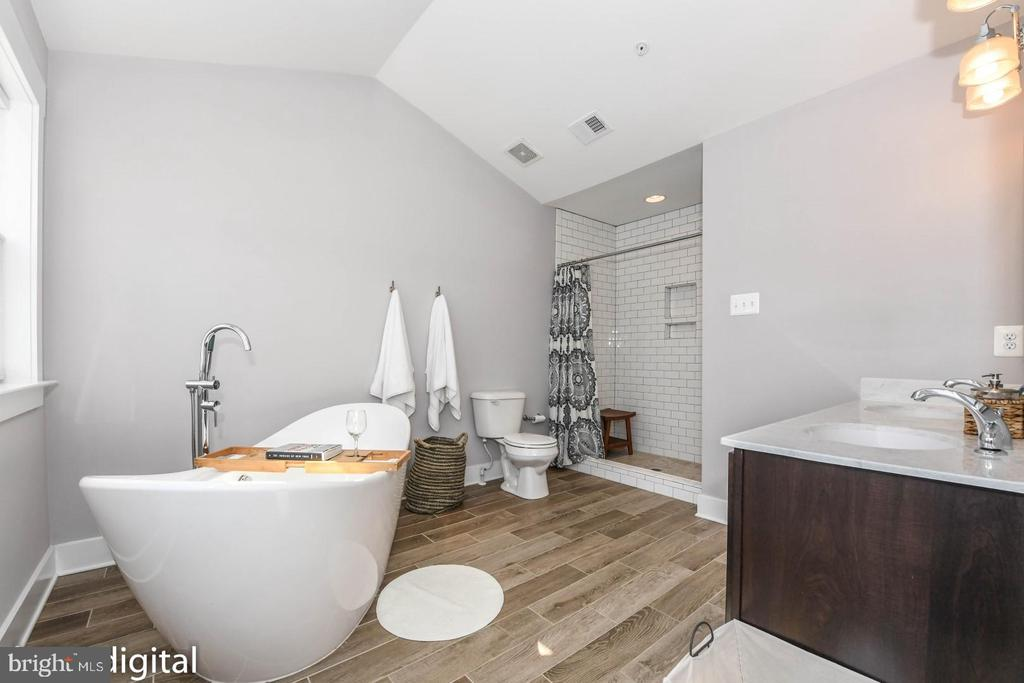 Luxury master bath. - 9612 WOODLAND, NEW MARKET