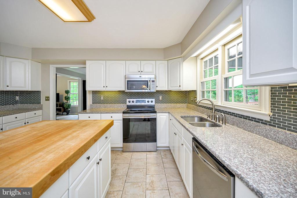 Beautiful granite counter tops and backsplash - 109 ASHLAWN CT, LOCUST GROVE