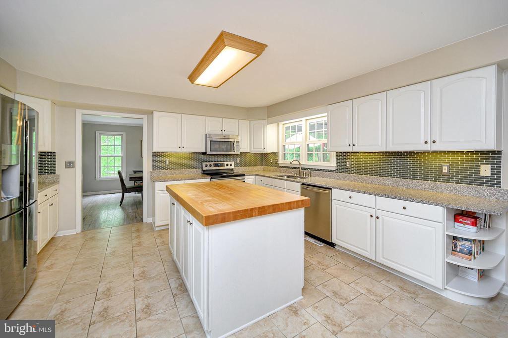Gourmet kitchen w/ island & upgraded appliances - 109 ASHLAWN CT, LOCUST GROVE