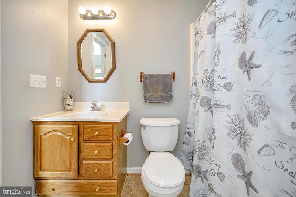 Main level full bath - 109 ASHLAWN CT, LOCUST GROVE