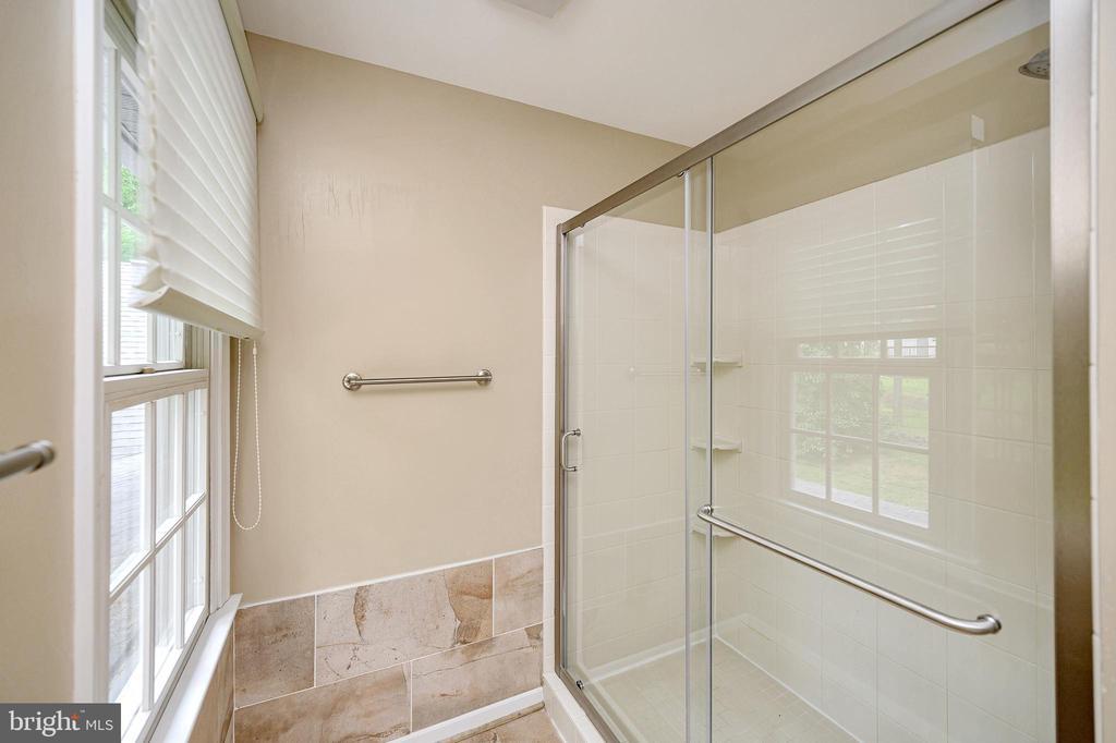 Separate shower in master bath - 109 ASHLAWN CT, LOCUST GROVE