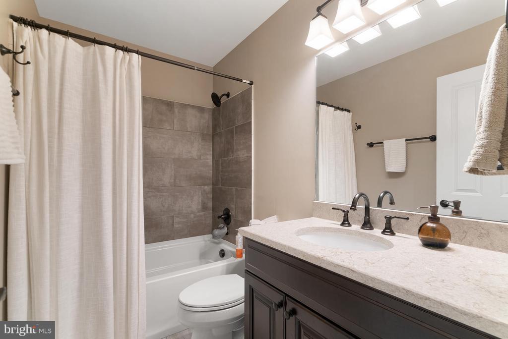 shared upstairs bathroom - 39177 ALDIE RD, ALDIE