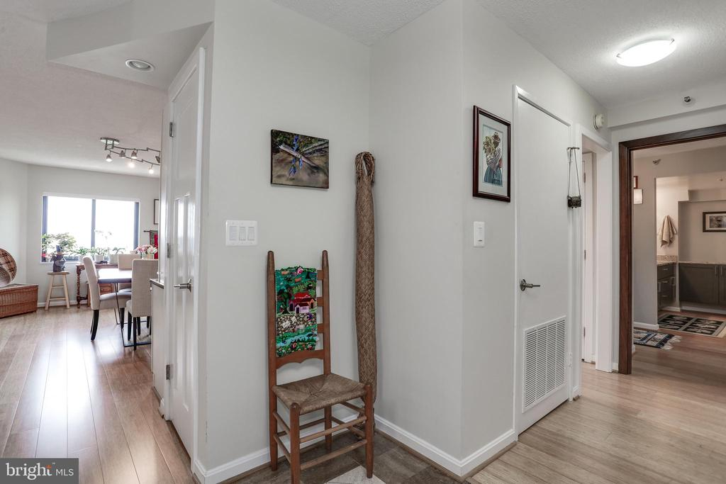 Foyer with Extra Closet Space - 1600 N OAK ST #1419, ARLINGTON