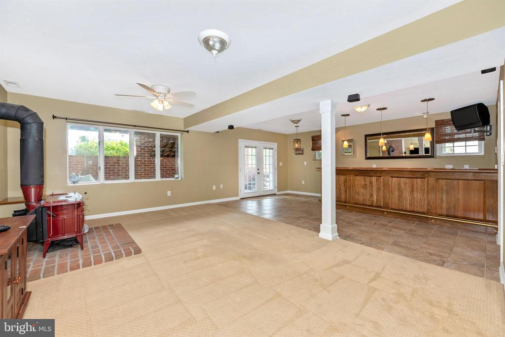 Au-Pair/In-Law Suite w/Bar (Mirror & TV Convey) - 3842 MOUNT AIRY DR, MOUNT AIRY