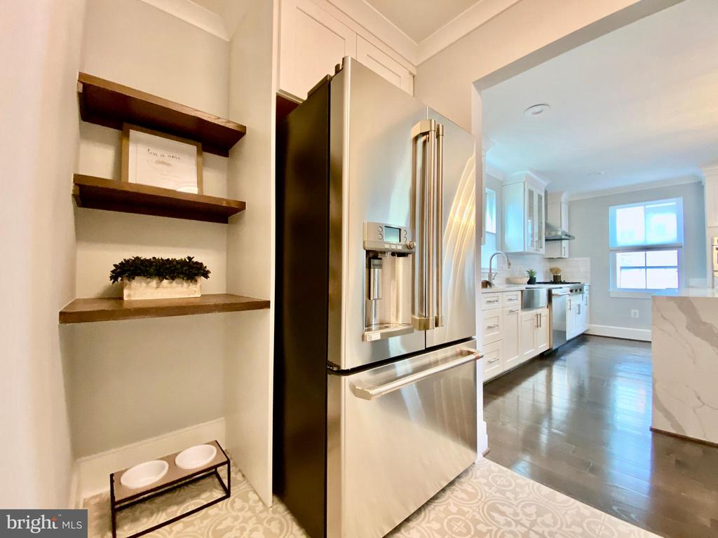 Stainless steel appliances, pet feeding area. - 705 N BARTON ST, ARLINGTON