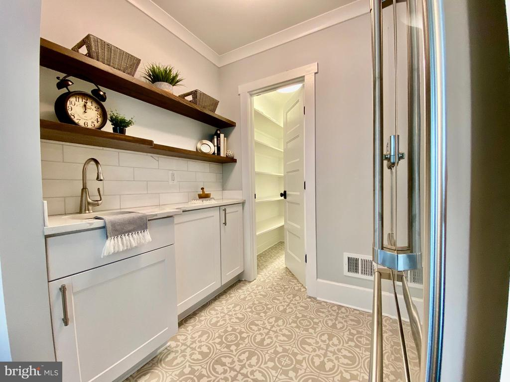 Butler's pantry with wet bar. - 705 N BARTON ST, ARLINGTON