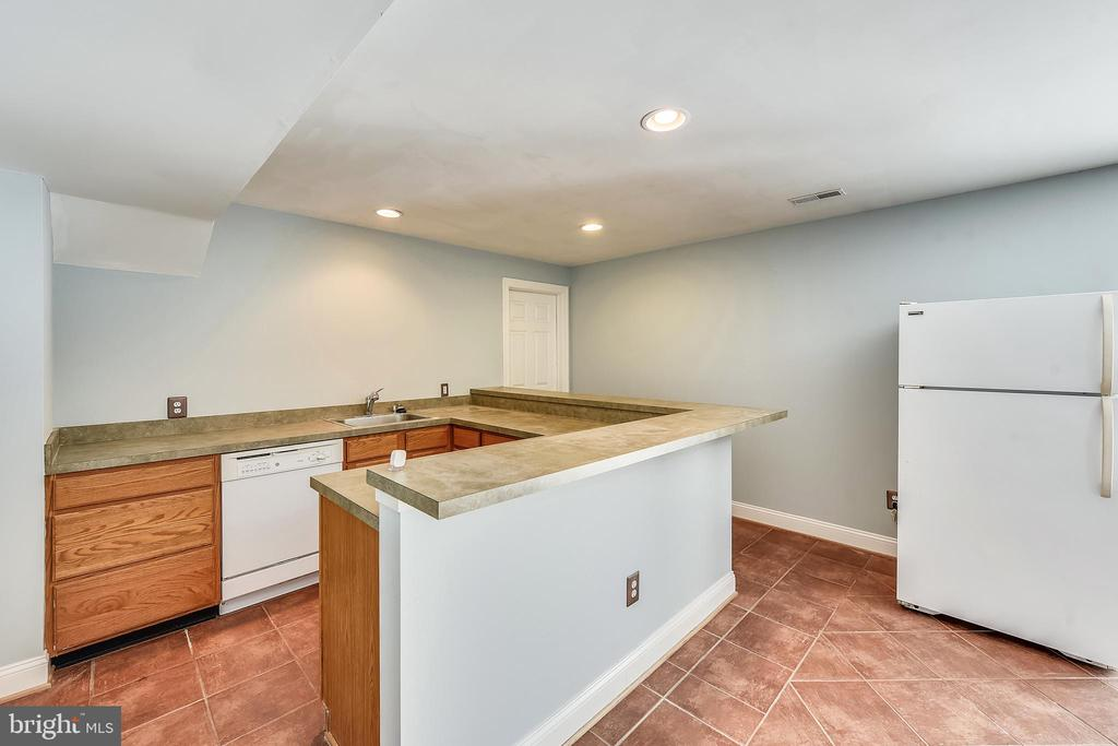 Built in wet bar and kithcenete in basement - 43351 RITTER LN, CHANTILLY
