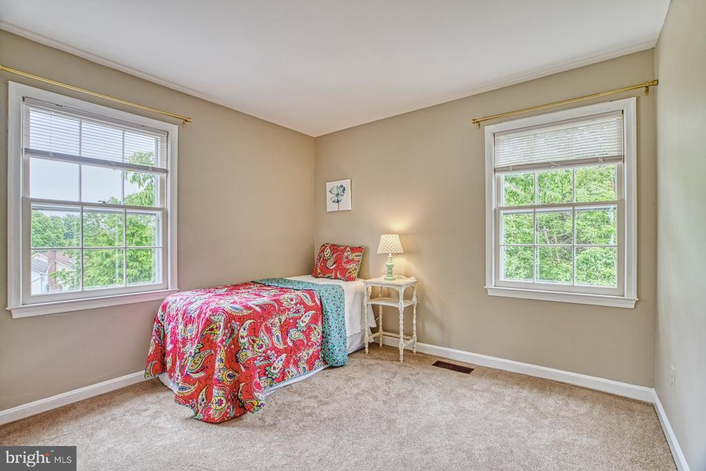Sunshine streams in this corner bedroom - 6676 STONEBROOK DR, CLIFTON