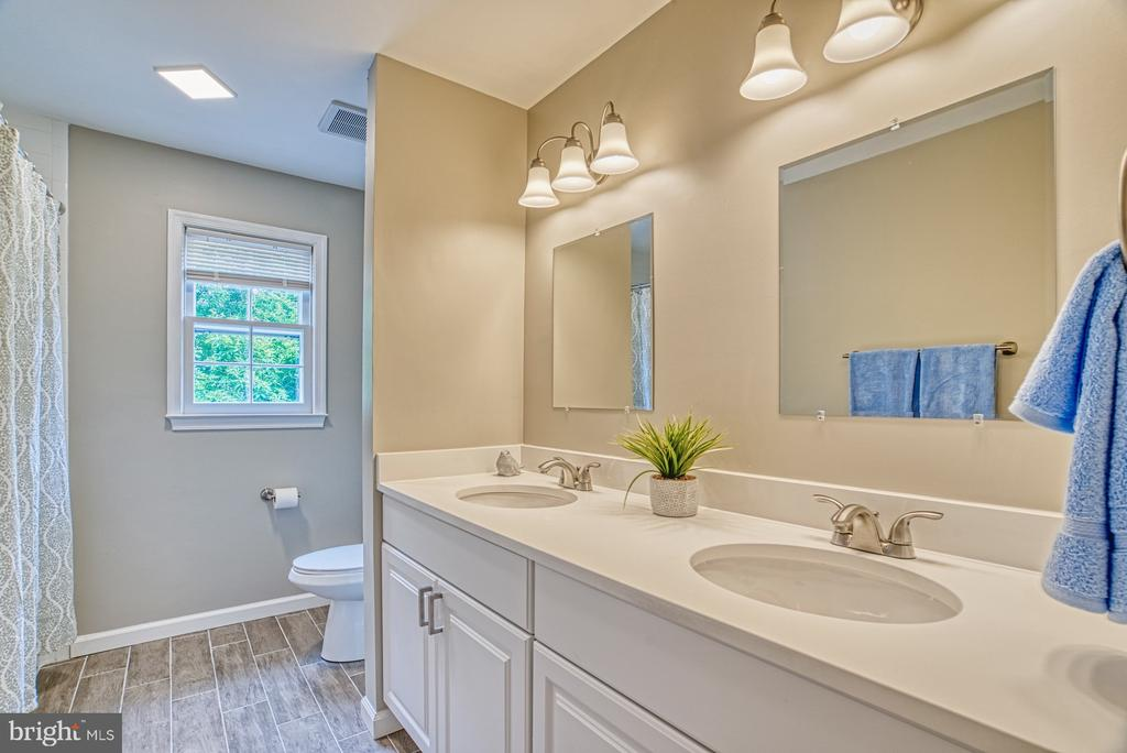 The hall bath has a double vanity too! - 6676 STONEBROOK DR, CLIFTON