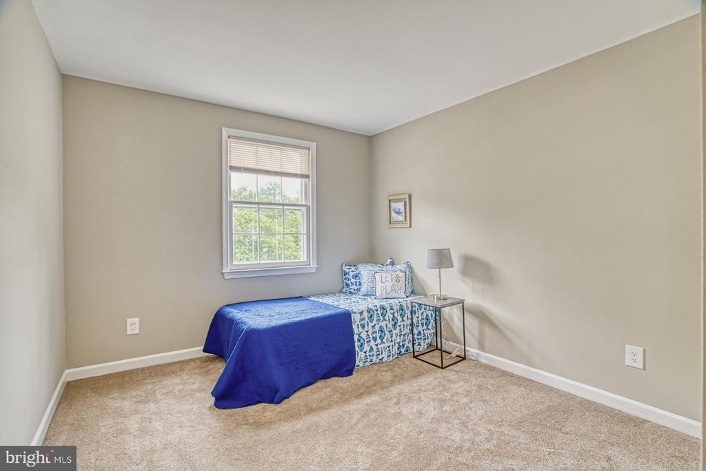 This room offers a sunny front view! - 6676 STONEBROOK DR, CLIFTON