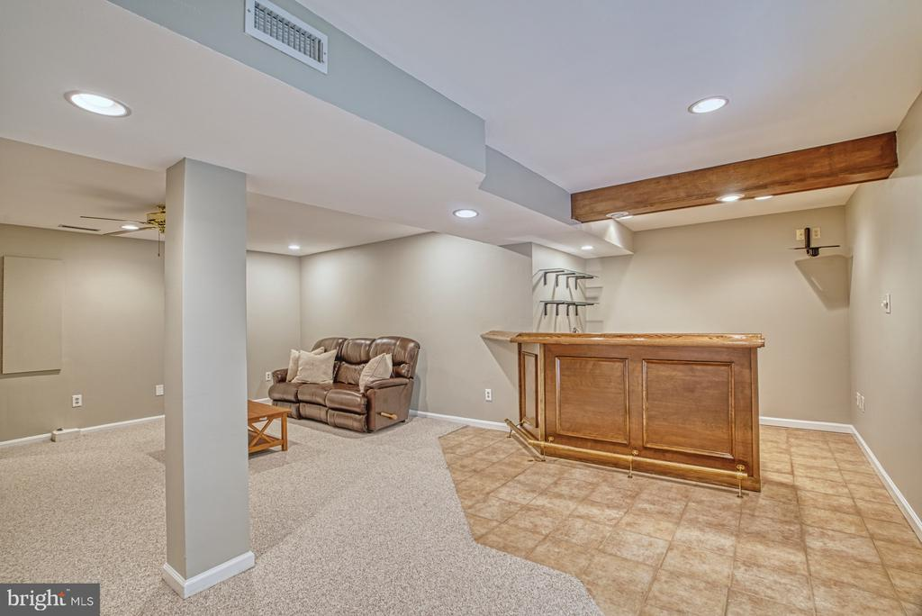 Entertaining? There's a wet bar with TV mount. - 6676 STONEBROOK DR, CLIFTON