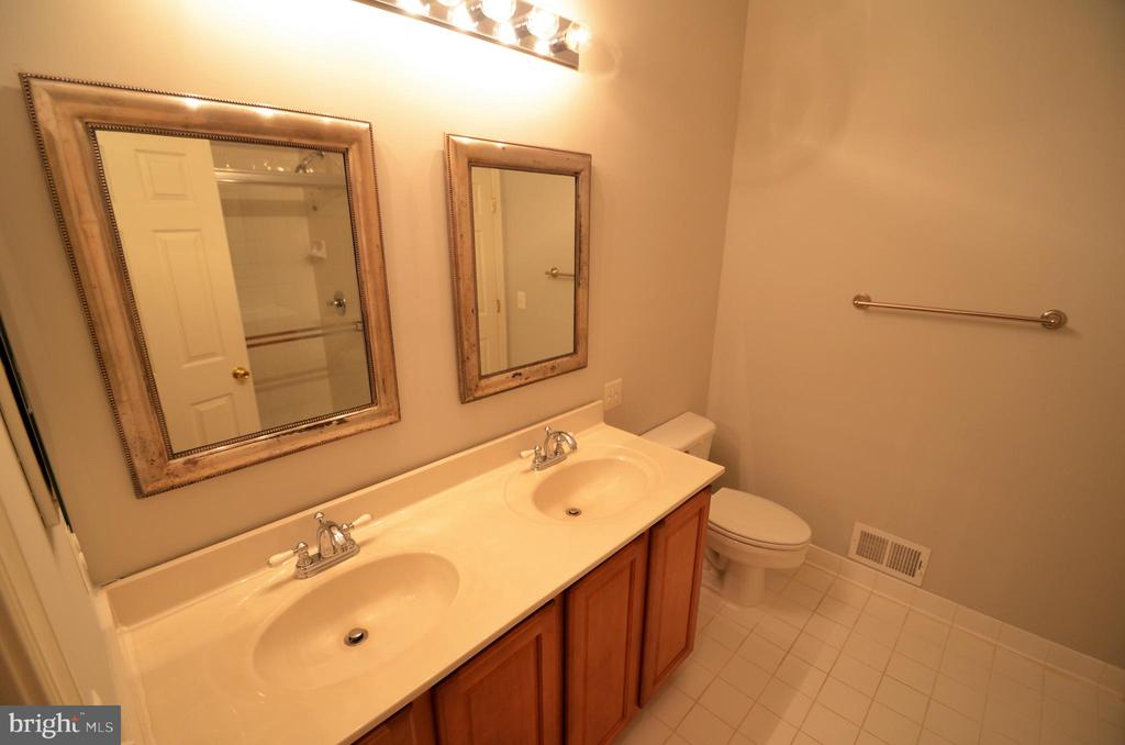 Master bath w/large linen closet - 506 LAWSON WAY, ROCKVILLE