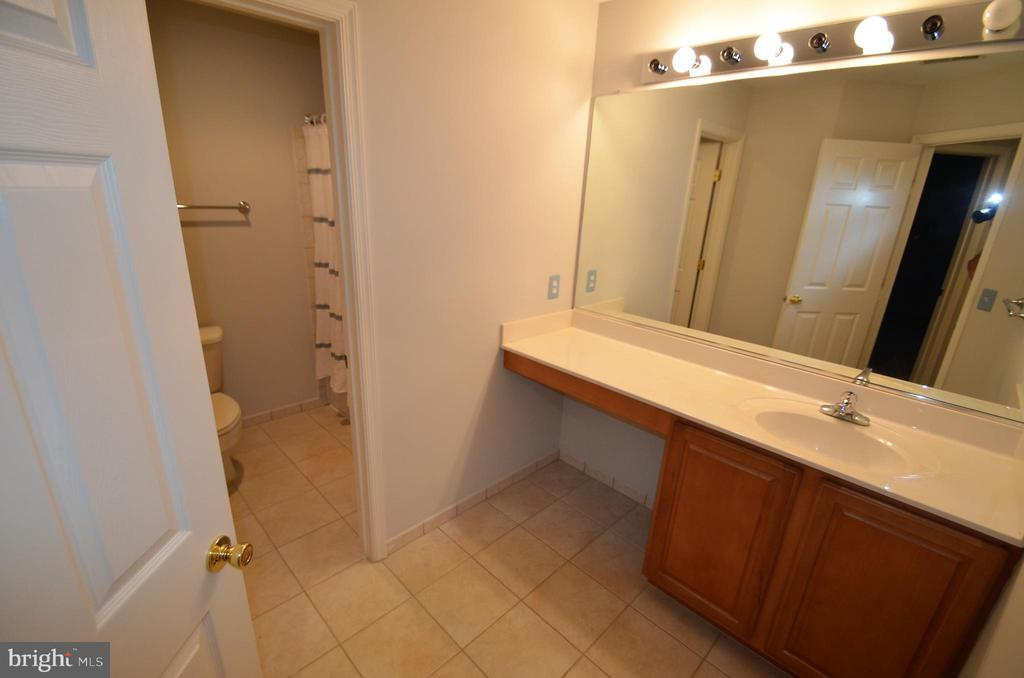 Upstairs hall bath - 506 LAWSON WAY, ROCKVILLE