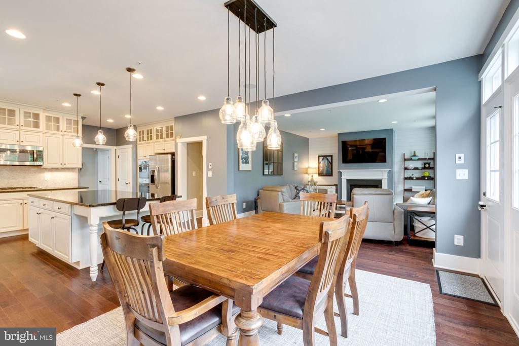 Open concept living, wood floors and 9 ft ceilings - 17016 TAKEAWAY LN, DUMFRIES