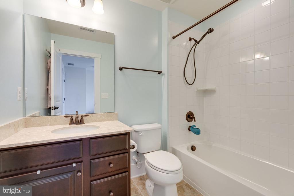 Full En-Suite Bath - 17016 TAKEAWAY LN, DUMFRIES