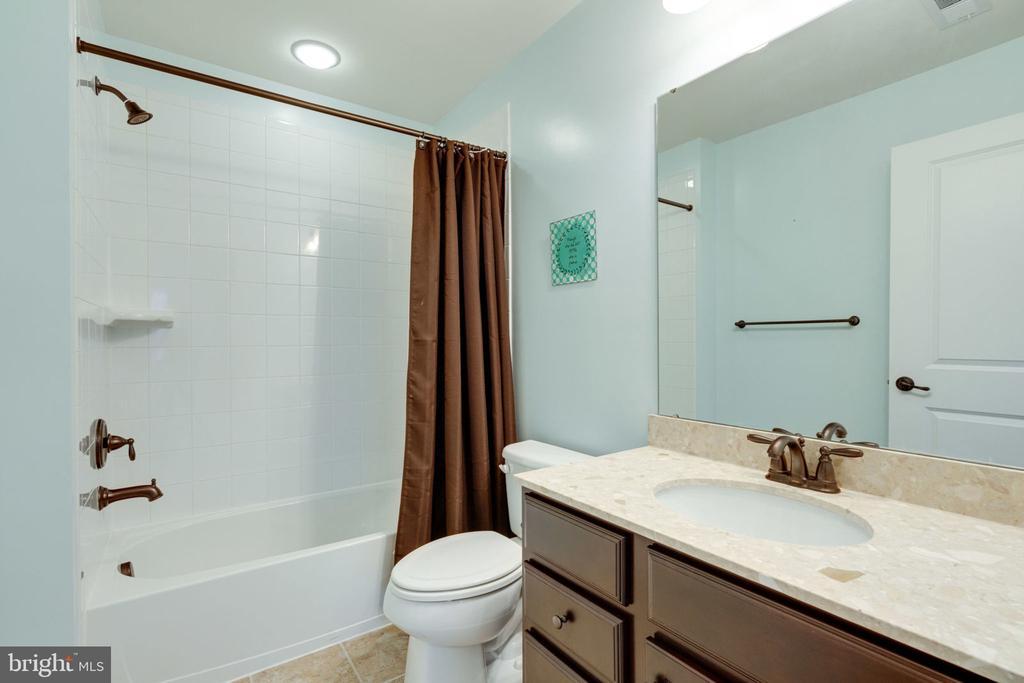 Hall Bath - 17016 TAKEAWAY LN, DUMFRIES