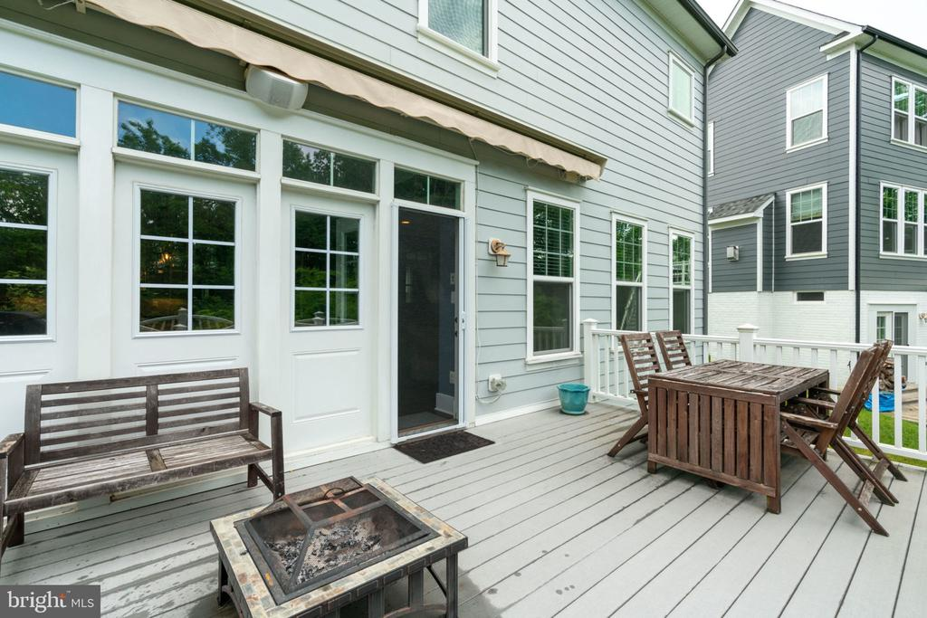 Deck with Retractable Awning - 17016 TAKEAWAY LN, DUMFRIES