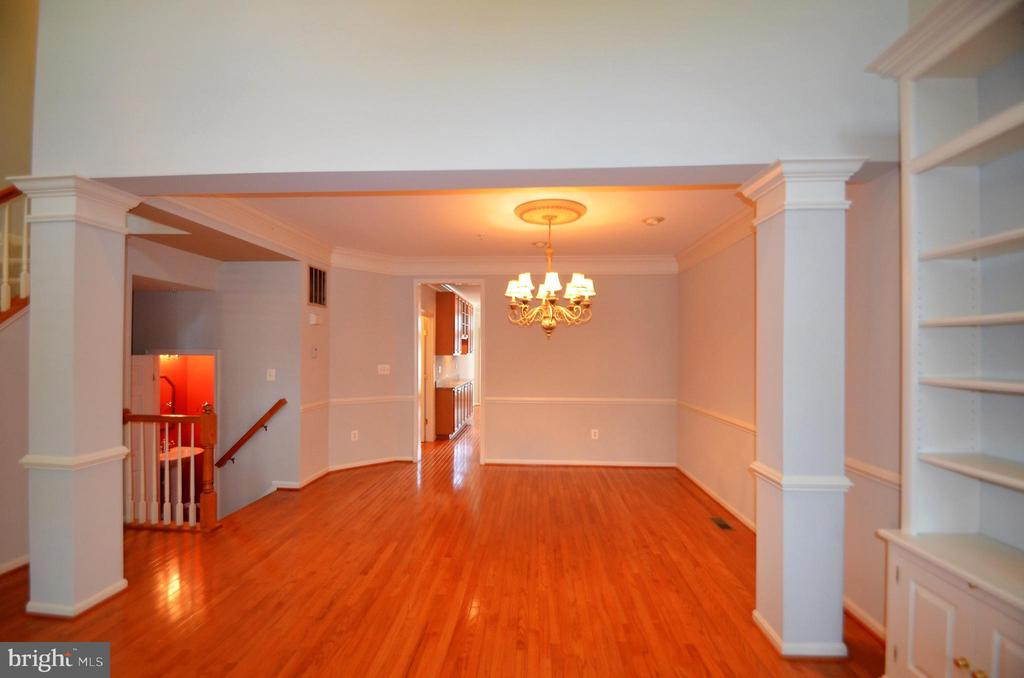 Formal Dining room w/crown molding & chair railing - 506 LAWSON WAY, ROCKVILLE
