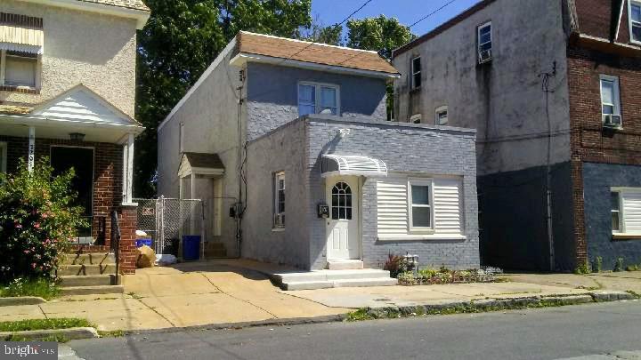 Single Family Homes pour l Vente à Chester, Pennsylvanie 19013 États-Unis