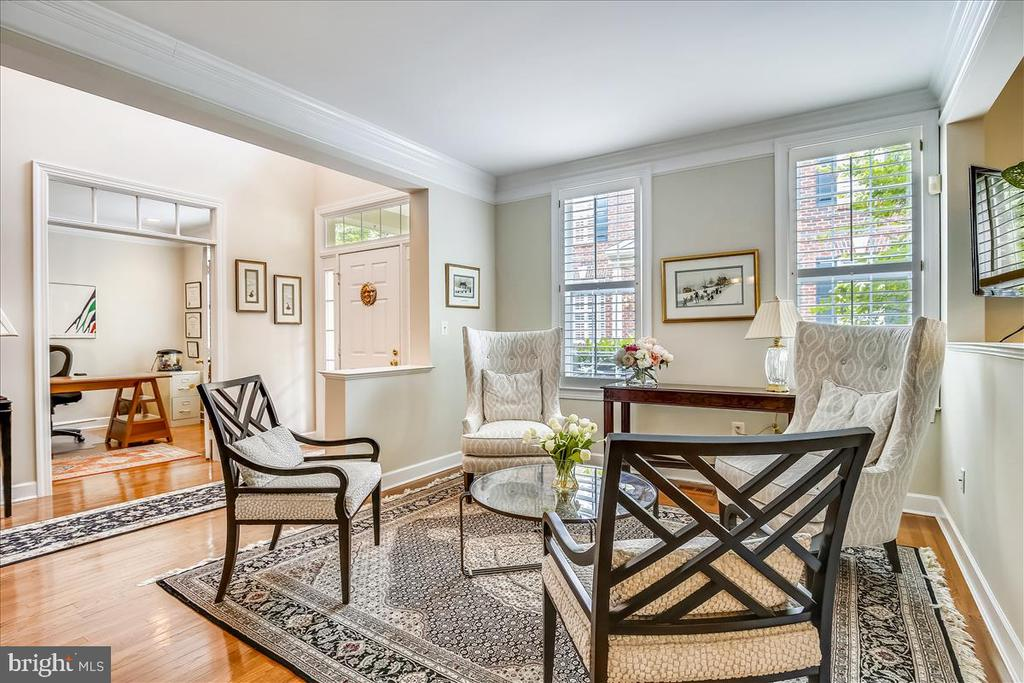 Comfortable LR  with plantation shutters - 43416 WESTCHESTER SQ, LEESBURG
