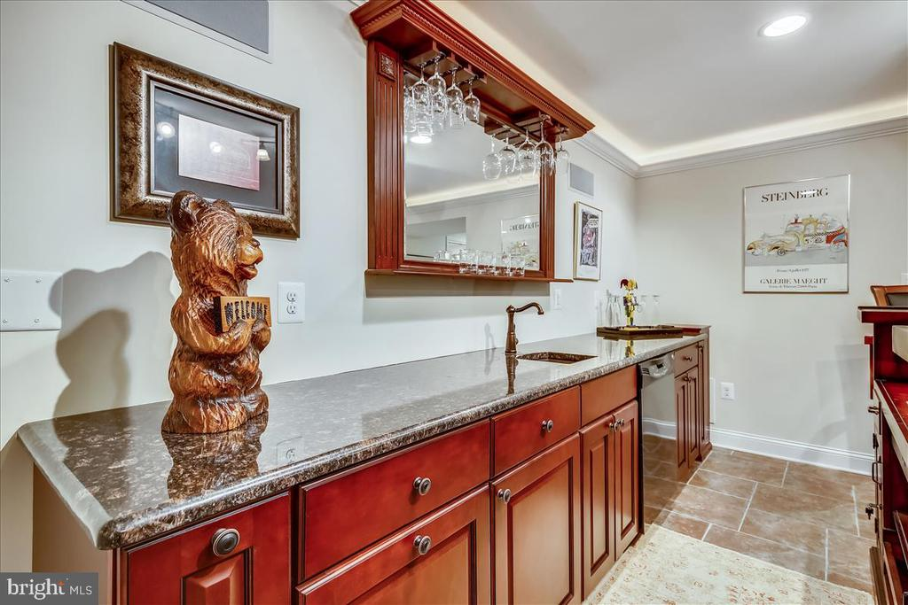 Lower level wet bar with refrigerator & dishwasher - 43416 WESTCHESTER SQ, LEESBURG