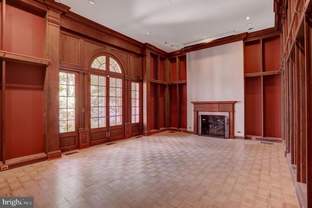 Library with access to walled courtyard - 107 SAINT MARTINS RD, BALTIMORE