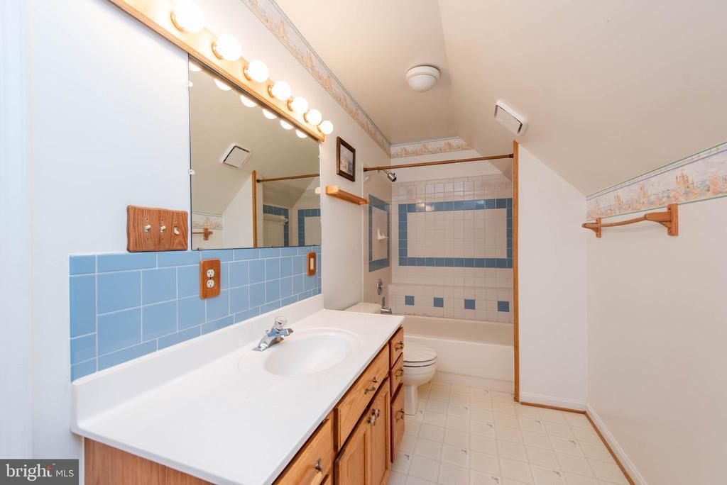 Upper Level Hall Bath - 3326 CARLISLE DR, KNOXVILLE