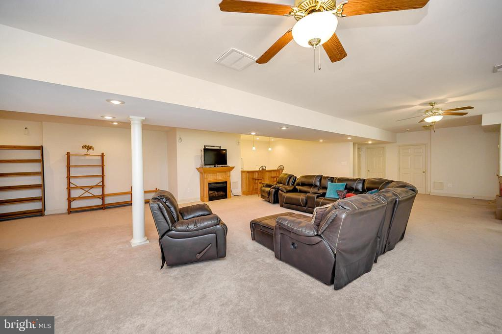 Huge Basement Family/Game Room - 86 SAINT MARYS LN, STAFFORD