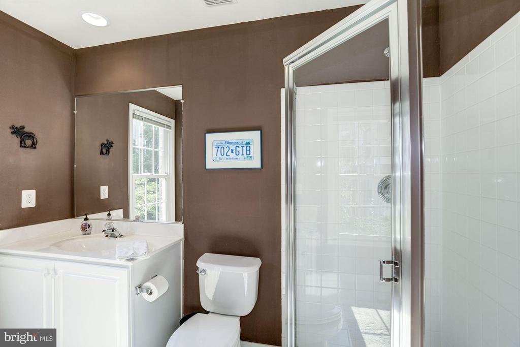 Full en suite bathroom for 3rd floor 2nd bedroom - 1330 N ADAMS CT, ARLINGTON
