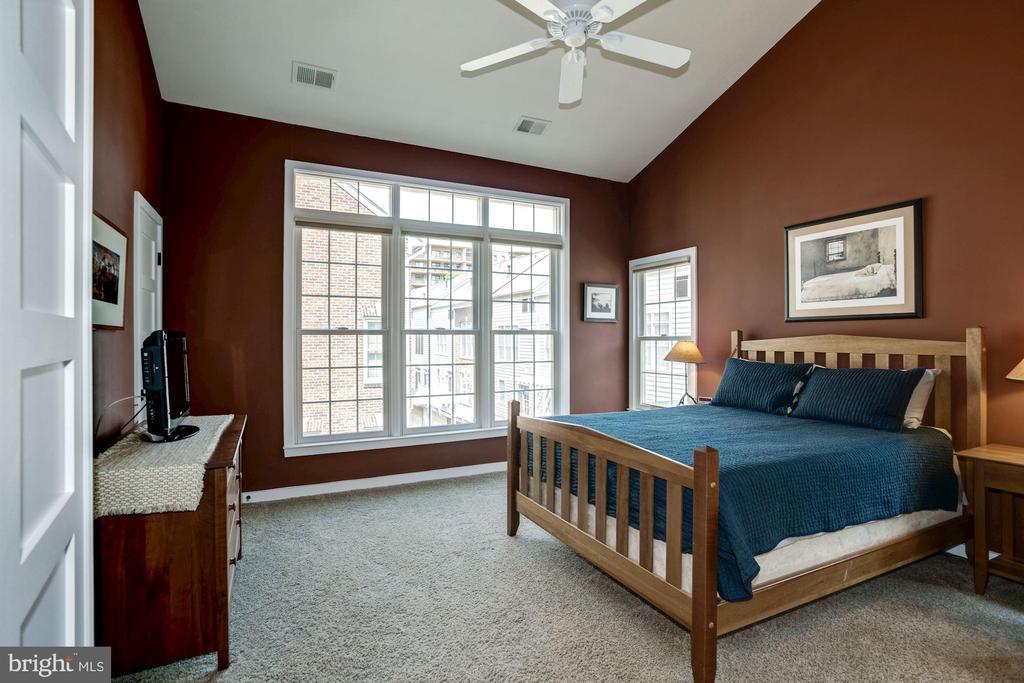 Spacious and airy 3rd floor master bedroom retreat - 1330 N ADAMS CT, ARLINGTON